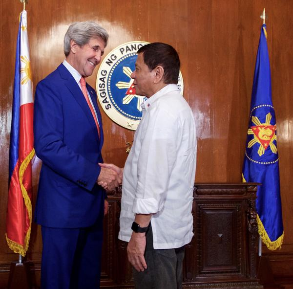 MEETING: US Secretary of State John Kerry shakes hand with Philippine President Rodrigo Duterte at the Malacañang Palace.